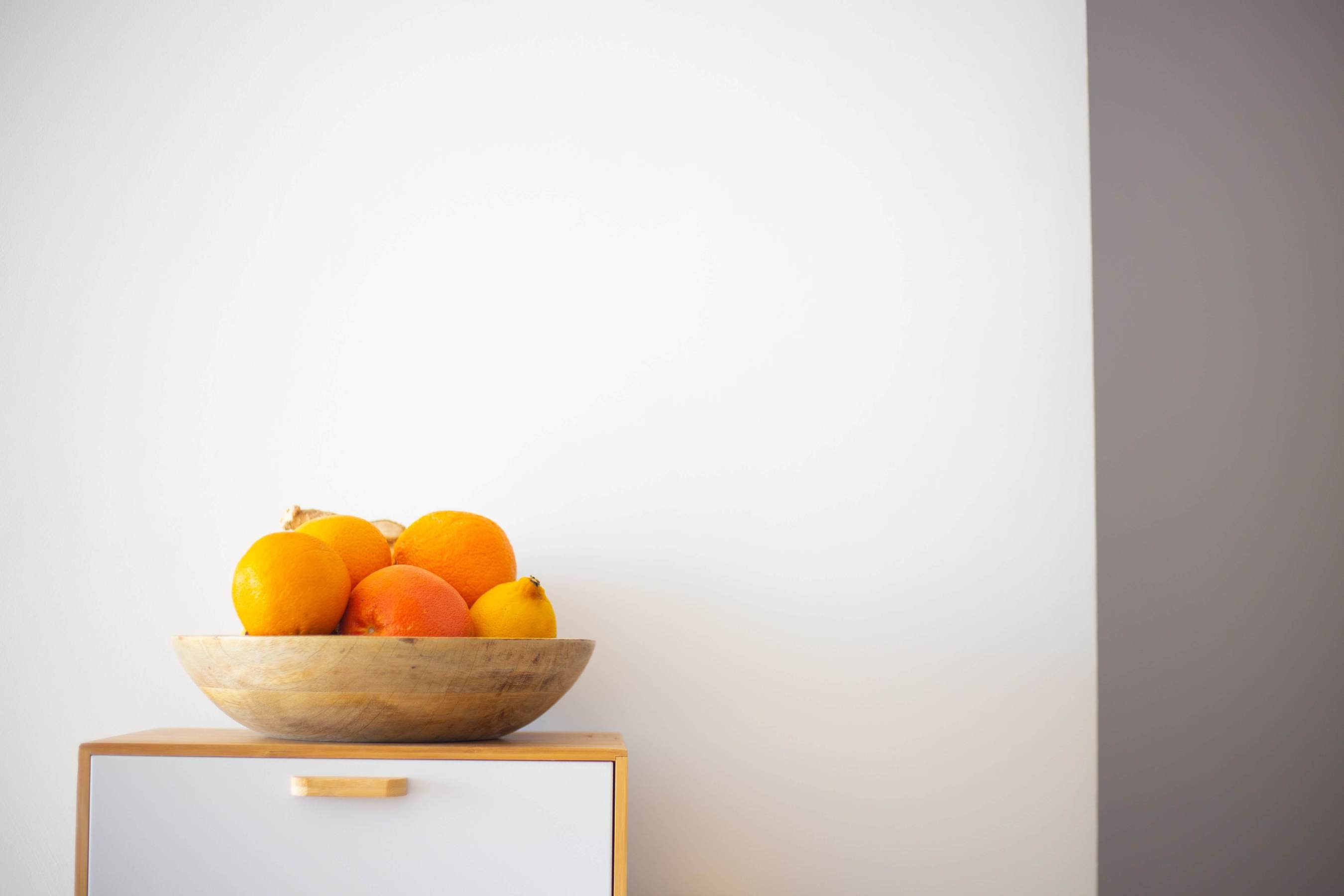 A bowl of oranges and lemons